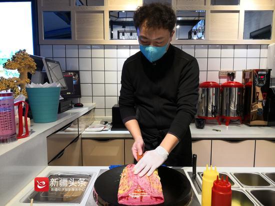 王斌正在制作火龙果饼皮的煎饼