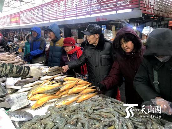 乌鲁木齐市北园春农贸市场里最热闹的区域——海鲜区。