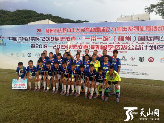 新疆喀什疏附少年队获得U12校园组比赛冠军。