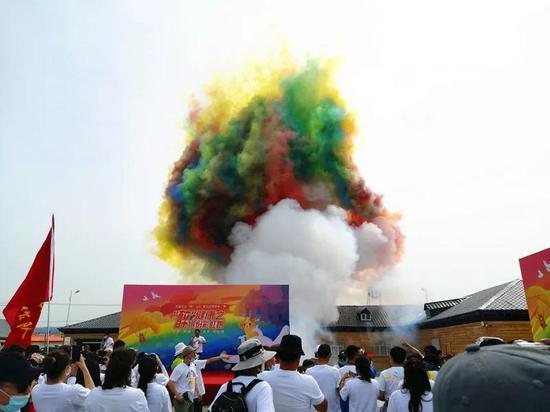 """【打卡新疆】童话边城炫酷缤纷彩虹跑,这个夏天给你点""""颜色"""