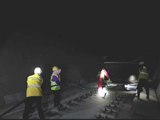 格库铁路高原第一长隧漏缆施工完成