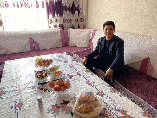 阿西尔·塔依尔在自家客厅。新华网 梁甜甜摄