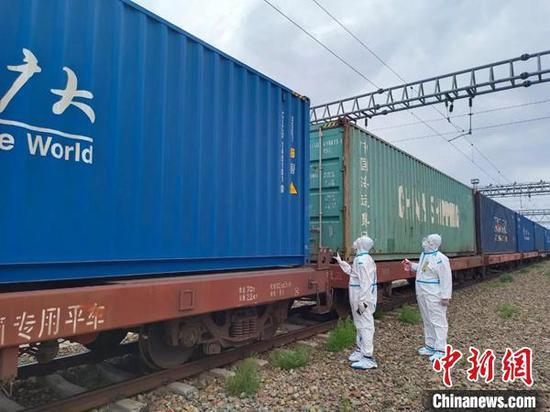 """全国首列""""铁路快通""""中欧班列出境"""