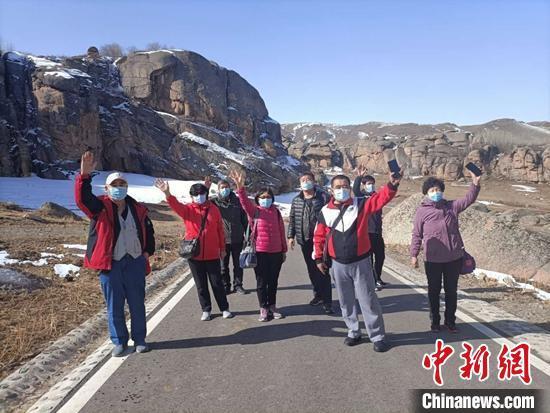 新疆吉木乃县迎来今春首批百人旅游团