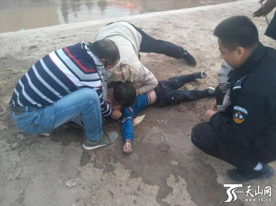 十米五秒! 新疆伽师县民警救起落水儿童