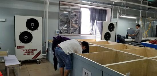 东莞市瑞麟毛织有限公司四楼1100平方米的钢结构屋面车间采用工业厂房专用节能空调,实现车间降温。
