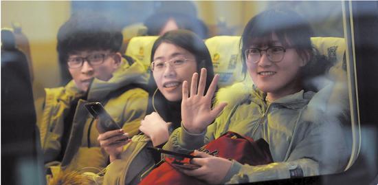 1月21日,旅客乘坐乌鲁木齐开往兰州西的动车回家。当日,为期40天的春运拉开大幕。□本报记者秦梅花摄