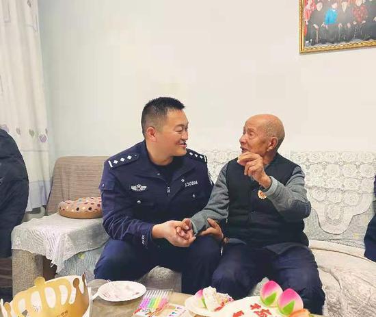 """重阳节,库尔勒公安致敬""""最青春""""的老一辈"""