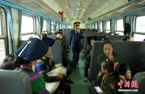 """资料图:公益性""""绿皮慢火车"""",穿行在四川大凉山深处 刘忠俊 摄"""