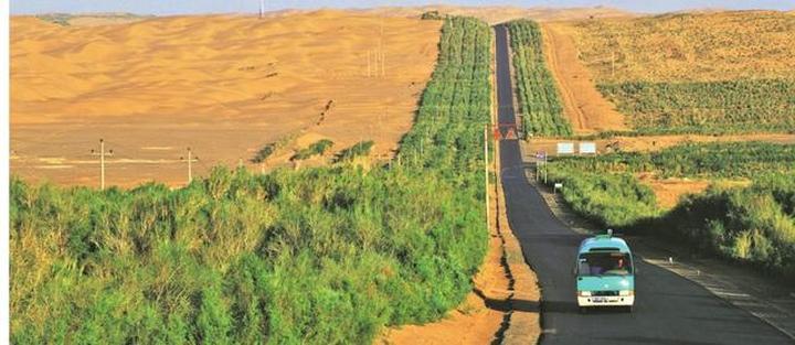 塔里木沙漠公路(资料图片)。新华社发