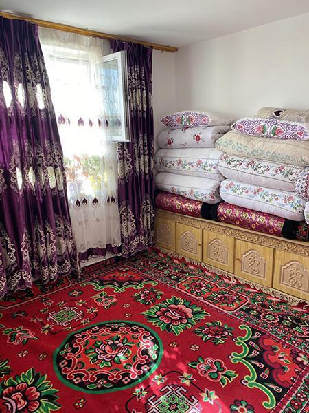 阿西尔·塔依尔家漂亮的主卧室。新华网 梁甜甜摄