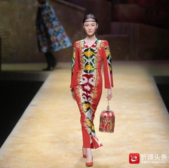 新疆模特毛欢身着本土设计师陈应奋作品走秀