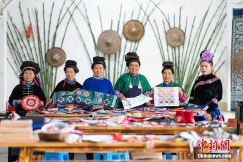 资料图:贵州丹寨,绣娘在合作社展示完成的刺绣作品。2018年,丹寨县非遗手工经济模式共带动全县近8000名绣娘居家就业,脱贫增收。中新社记者 贺俊怡 摄