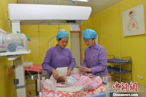 资料图:青海省人民医院的医护人员照看刚出生的婴儿。 孙莹 摄