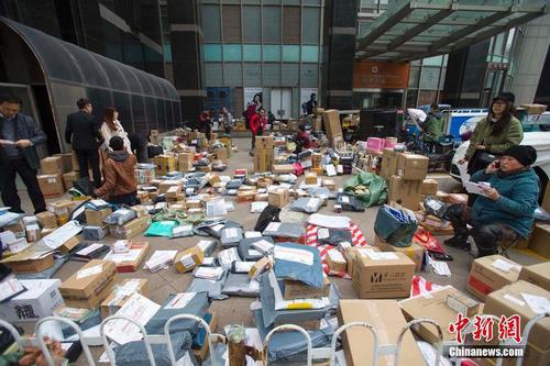 快递企业的快递人员在扎堆分发快递,场面十分壮观。张云 摄