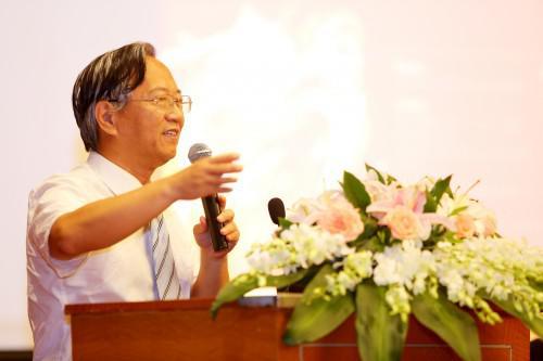 """7月22日,杜钢建教授在首届中国国际前沿教育高峰论坛上做""""英语英人皆起源于古华夏""""学术演讲"""