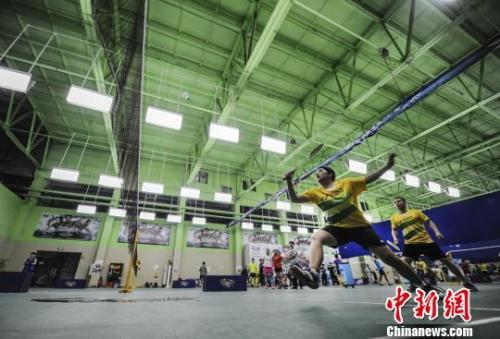 资料图:在体育馆中进行羽毛球运动的人们。杨华峰 摄