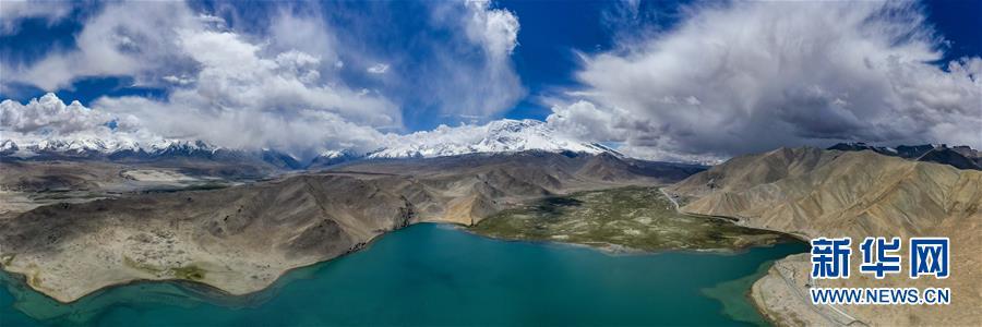 帕米尔高原上喀拉库勒湖畔连绵的雪山(6月16日摄,无人机全景照片)。新华社记者 胡虎虎 摄