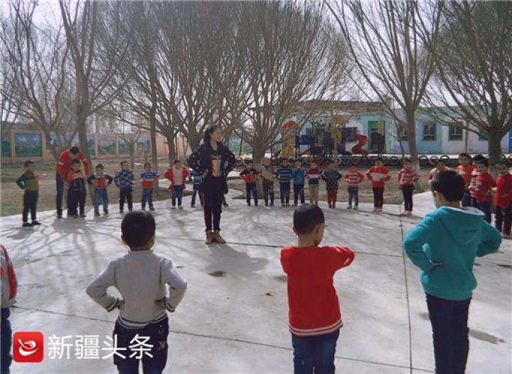 付雪妮在给幼儿园的小朋友上户外舞蹈课。