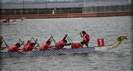 图:比赛中,玄武中专龙舟队一马当先