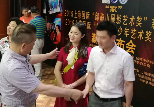 唐会长(左一)与上海工程技术大学摄影爱好者交流