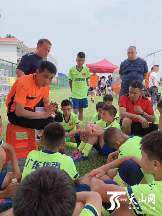新疆喀什疏附少年队教练在给球员讲解战术。