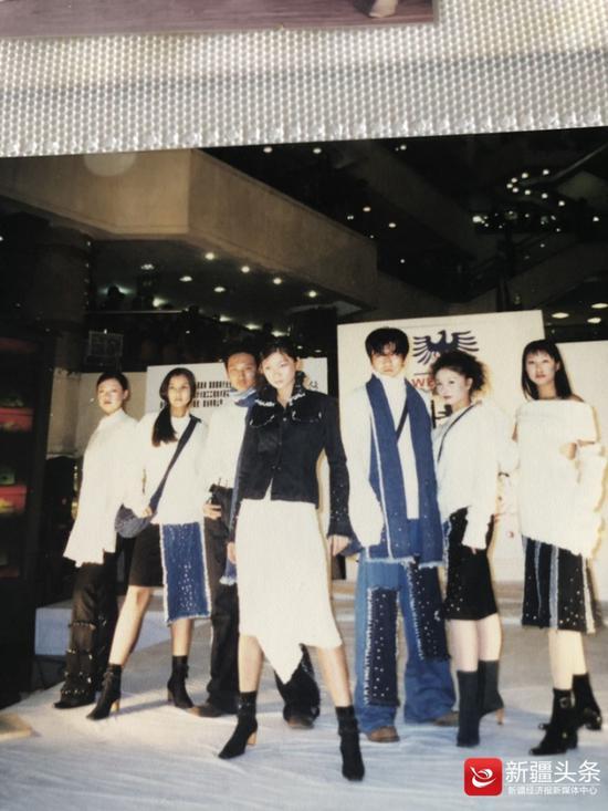 """上世纪90年代新疆""""秀""""场上的模特"""