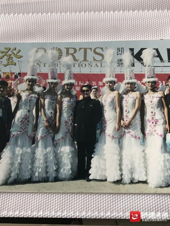 2001年第一届乌鲁木齐市丝绸之路国际服装节,李良婉与大赛模特合影