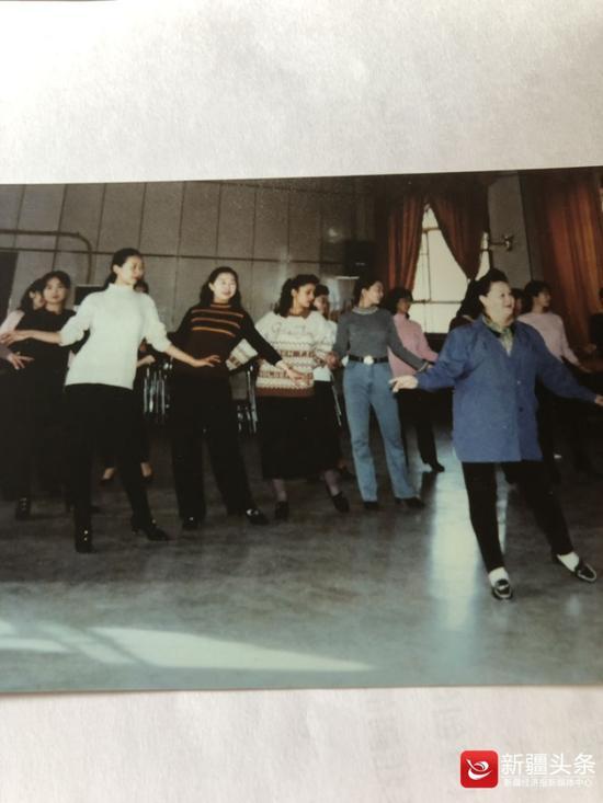 上世纪八十年代末,李良婉带着模特学员在北门群艺馆排练