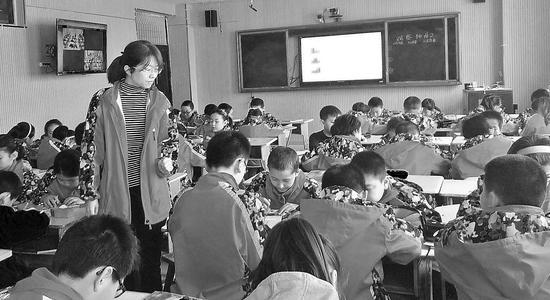 阿克苏市第二小学老师吴艳在阿克苏市喀拉塔勒镇尤喀克博孜其村小学上录播课(资料图片)。 □徐哲摄