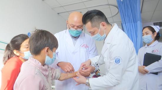 浙江省人民医院整形外科专家朱保检查烧烫伤儿童 。周志远 摄