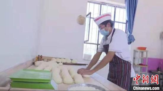 新疆伽师6位村民连夜打5000馕 捐助河南