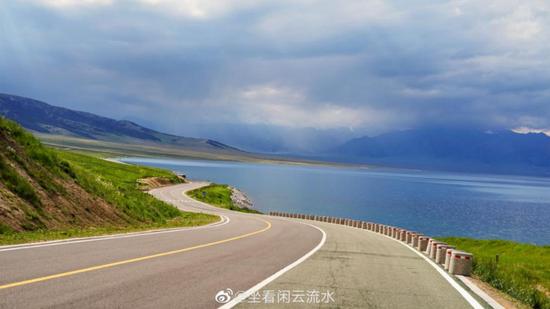 """赛里木湖环湖公路(图片来源:达人""""坐看闲云流水""""微博)"""