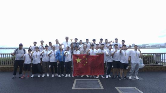 图:玄武中专龙舟队夺取冠军并在日本琵琶湖合影留念