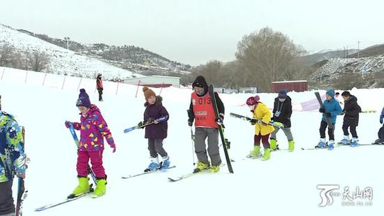 雪都阿勒泰万名中小学生齐上滑雪课