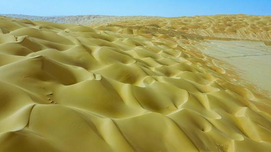 10月17日,航拍尉犁县国家级沙漠公园,层层沙海藏岁月魅力。李飞 摄