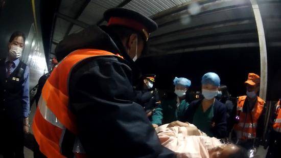 孕妇列车上羊水破裂 乘警生命接力助其顺利就医