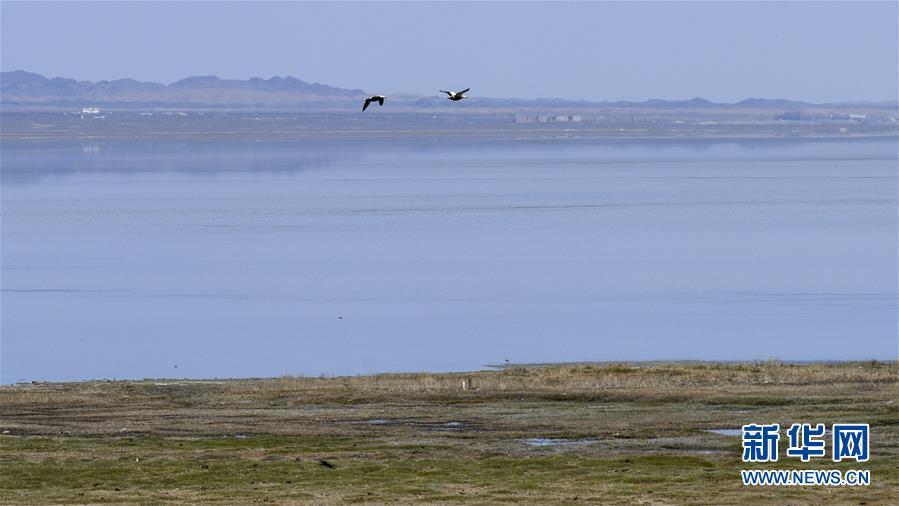 远观巴里坤湖美景(4月27日摄)。 新华社记者 张啸诚 摄
