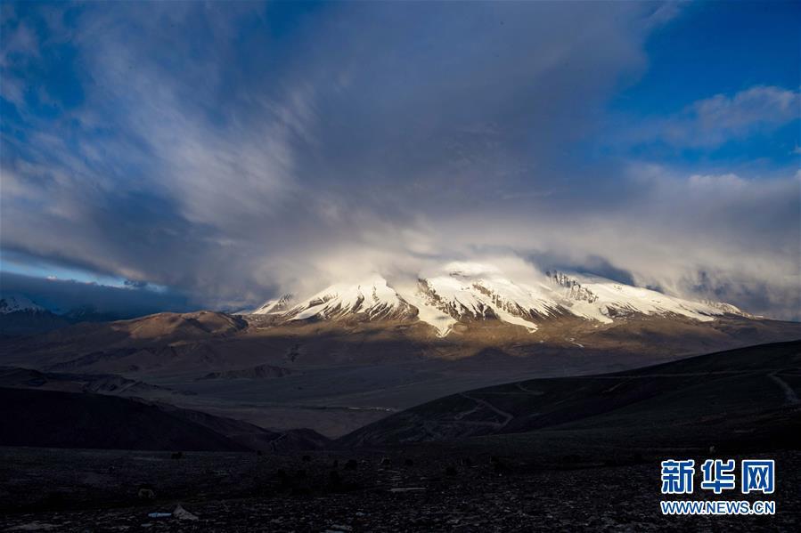 帕米尔高原上,夕阳下的慕士塔格峰(6月15日摄)。新华社记者 胡虎虎 摄