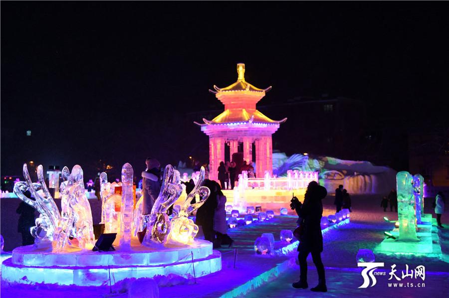 2019-11-20晚,众多市民和游客在阿勒泰市冰雪大世界观赏游玩。