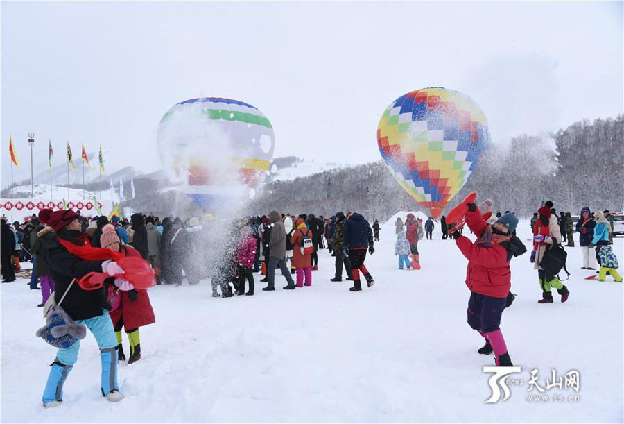 2019年1月1日,游客在禾木尽情享受泼雪的快乐。