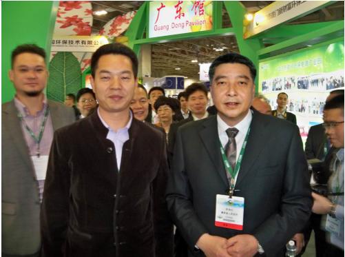 图为展会现场,广东省副省长许瑞生(右一)考察东日环保展位