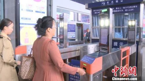 资料图:旅客凭身份证通过电子人脸识别检票闸机 李宇凡 摄