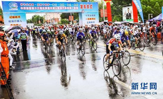 第十三届环赛里木湖公路自行车赛在精河发车。于苏甫·艾尼摄