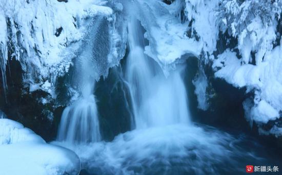 2019年1月,天山天池潜龙渊,晶莹剔透的冰、仙气腾腾的水雾。(周永强 供图)