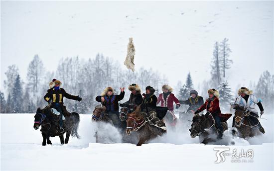 2019年1月1日,当地群众为游客表演刁羊。
