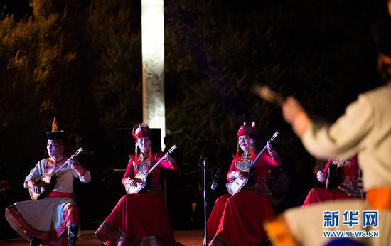 5月31日,舞台上演员正在弹唱。