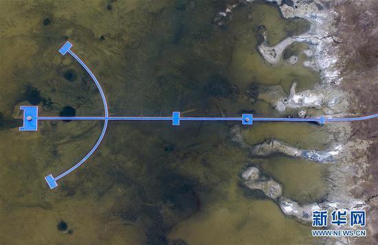 这是从空中俯瞰巴里坤湖美景(4月27日摄,无人机照片)。 新华社记者 赵戈 摄