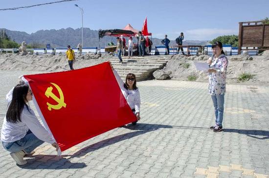 农行乌鲁木齐兵团分行与新疆大学党支部联合开展主题党日活动