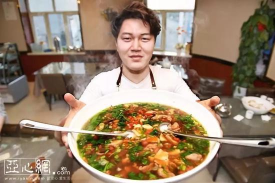 9月4日,记者来到了乌鲁木齐市体育馆路444号一碗汤饭面馆,一碗碗冒着热气的汤饭正从后厨端上餐桌。